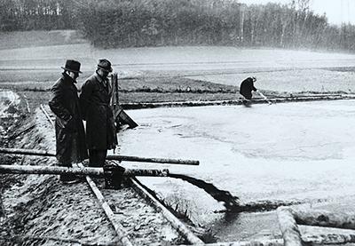 Budafapuszta, II-es kút. Olaj ömlik az ideiglenes tárolómedencébe 1937-ben