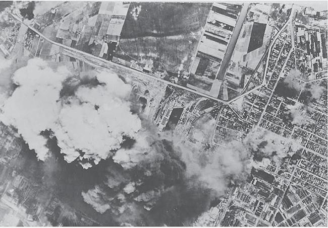 A Shell csepeli gyártelepe elleni amerikai légitámadás, 1944.07.27. (National Archives and Record Administration, USA)