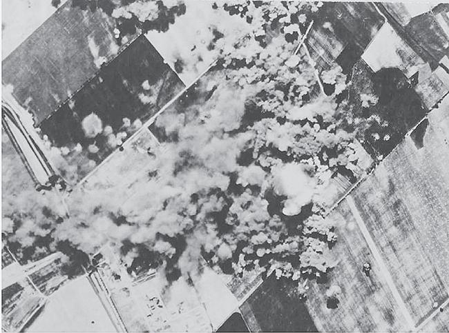 A MOLAJ szőnyi finomítója elleni szövetséges támadás, 1944.07.27. (National Archives and Record Administration, USA)
