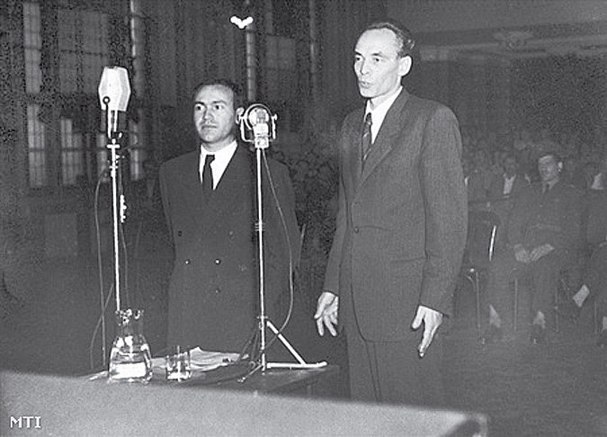 """1948 júliusában a Tájékoztató Iroda nyilvánosságra hozta a Jugoszláv Kommunista Párt helyzetével kapcsolatos fejleményeket, amelynek belpolitikai következménye az éberség túllihegett hajszolása volt. A Rajk-per ugyan csak később adott alkalmat az önmagunkat fölemésztő, önfelszeletelő szalámitaktika tragikus alkalmazására, a közhangulatot azonban már előkészítették ennek befogadására. Rákosi egy későbbi beszédében később nyíltan vállalta véleményét: """"Nem véletlen, hogy a Tájékoztató Iroda határozatának nyilvánosságra hozatala után öt héttel Rajkot leváltottuk a belügyminisztériumból."""" Ezek szerint tehát azokon a fórumokon, ahol a politikai stratégiai lépések, közéleti törekvések, taktikai trükkök útnak indultak, 1948 nyarán már készen volt a hangulat a legképtelenebb összeesküvések kételkedés nélküli fogadására."""
